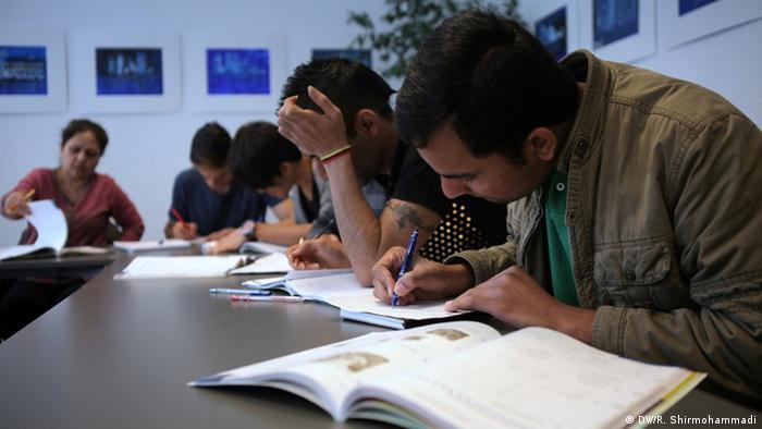 Deutschland Deutschunterricht für Flüchtlinge in Bonn-Bad-Godesberg (DW/R. Shirmohammadi)