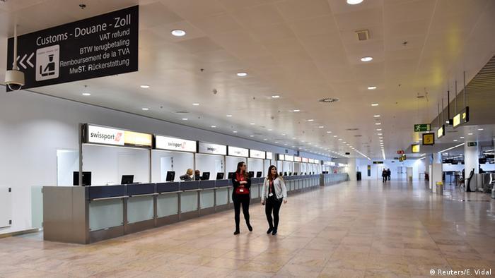 Funcionários caminham pelo aeroporto de Bruxelas, na Bélgica