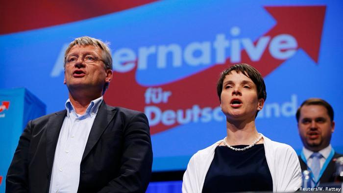Сопредседатели АдГ Йорг Мойтен и Фрауке Петри в завершении съезда партии исполняют гимн Германии