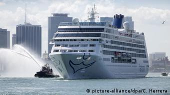 Круизный лайнер в окружении буксиров в порту Майами