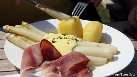 Tradycyjnie niskokaloryczne warzywo królów podawane jest z szynką, młodymi ziemniakami i roztopionym masłem lub sosem holenderskim. Wyobraźnia jednak nie zna granic i szparagi istnieją także w płynnej postaci - jako wódka czy likier.