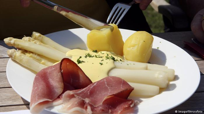 Ham, asparagus and potatos on a dish (Imago/Strussfoto)