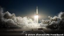 29.04.2016 Apr 29, 2016 - California, U.S. - Artist's concept of the Falcon Heavy rocket blasting off with a 'Red Dragon' spacecraft to Mars. Elon Musk plans to reveal SpaceX's concept for sending humans to Mars in September at the 67th International Astronautical Congress in Guadalajara, Mexico Copyright: picture alliance/ZUMA Press/SpaceX