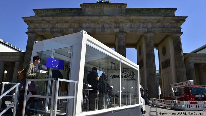 Przygotowana przez Greenpeace w Berlinie przejrzysta czytelnia do zapoznania się z TTIP