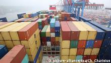 Das nur teilweise beladene Containerschiff CMA CGM Alexander von Humboldt liegt am 30.05.2013 am Containerterminal Burchardkai im Hafen von Hamburg. Das 396 Meter lange Schiff, das mehr als 16 000 Standardcontainer (TEU) transportieren kann, wird am Abend von Hamburgs zweiter Bürgermeisterin Stapelfeldt (SPD), getauft. Foto: Christian Charisius/dpa | Verwendung weltweit Copyright: picture-alliance/dpa/Ch. Charisius