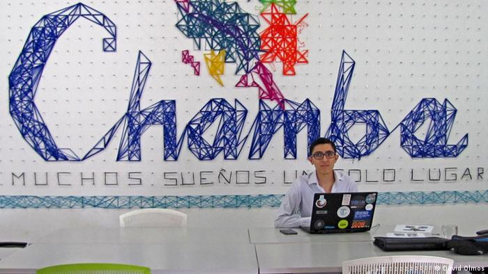 Angel Ramírez arbeitet in einem Co Working Space
