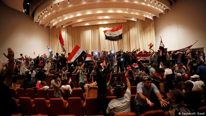 Irak Demo der Unterstützer von Muktada al-Sadr in Bagdad im Parlament (Reuters/A. Saad)
