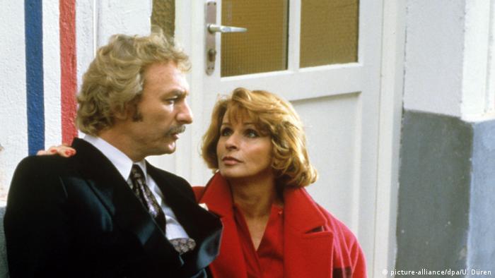 Szene aus der TV-Serie 'Kir Royal' mit Senta Berger und Franz Xaver Kroetz.