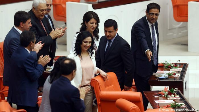 Abgeordnete der pro-kurdischen Partei HDP am 23.06.2015 im türkischen Parlament