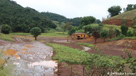 Escombros de uma fazenda na em Mariana (MG) mostram até onde a lama da Samarco chegou.