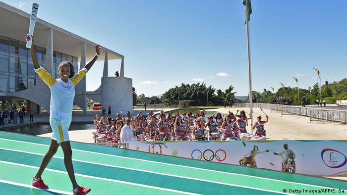 Волейболістка Фабіана Клаудіно з олімпійським вогнем