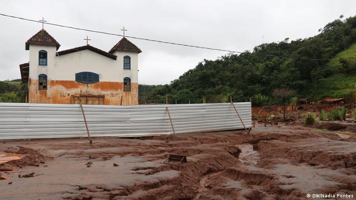 Igreja em Paracatu de Baixo ainda tem a marca da enxurrada de lama da Samarco