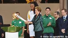 Brasilien Präsidentin Dilma Rousseff entzündet die Olympische Fackel