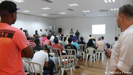 Reunião entre moradores de Mariana e representantes da Samarco para discutir indenizações e reconstrução dos vilarejos destruídos.