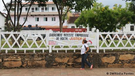 Faixas de protesto espalhadas por Mariana pedem a retomada das atividades da mineradora Samarco e a garantia de empregos.