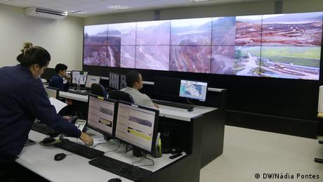 Sala de monitoramento da empresa Samarco, em Minas Gerais