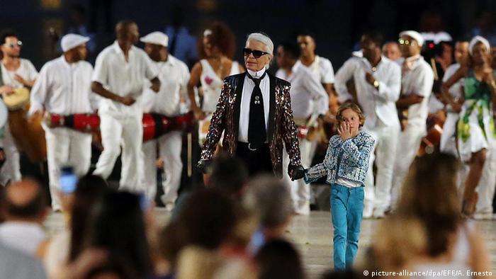 O diretor criativo da Chanel, Karl Lagerfeld, em desfile em Havana