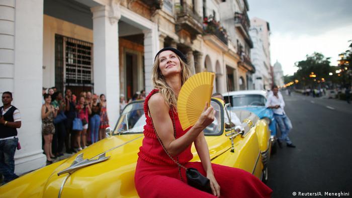 Gisele Bündchen posa diante de um automóvel antigo em Havana