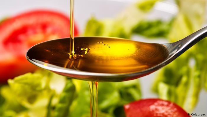Olivenöl Löffel Salat (Colourbox)