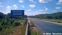 1. Titel: Road in Mozambique, in Macossa Province 2. Bildbeschreibung: Road in Mozambique, in Macossa Province 3. Fotograf: DW / Arcénio Sebastião 4. Wann wurde das Bild gemacht: May 2016 5. Wo wurde das Bild aufgenommen: Macossa, Mozambique 6. Schlagwörte: grave, death, bodies, Mozambique, Macossa, Gorongosa, road Copyright: DW/A. Sebastiao
