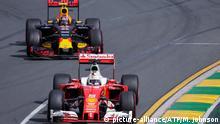 Großer Preis von Australien: Daniil Kwjat (l.) im Red Bull jagt Sebastian Vettel im Ferrari