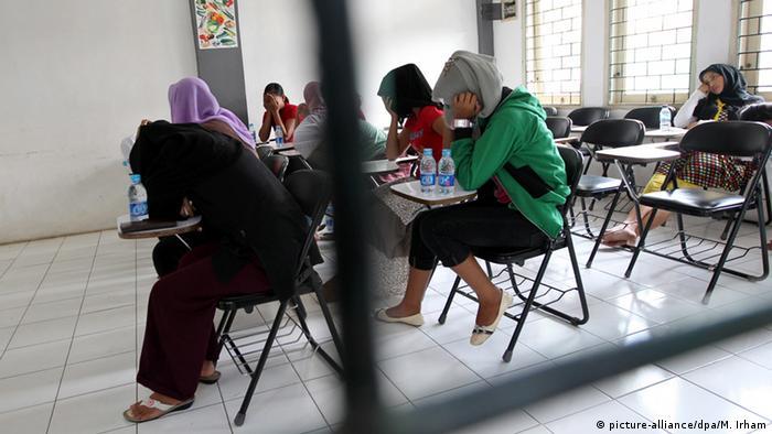 Indonesien Arbeiter Vorbereitung für Saudi-Arabien (picture-alliance/dpa/M. Irham)