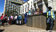 Afrika Zimbabwe Menschenschlange vor Geldautomat