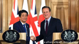 British Prime Minister David Cameron (R) meets his counterpart, Prime Minister of Japan, Shinzo Abe (L), during a press conference in N10 Downing street in London, Britain, 05 May 2016 (Photo: picture-alliance/dpa/F. Arrizabalaga)