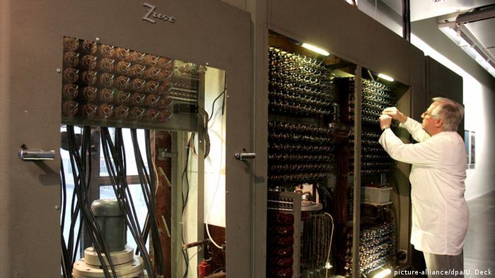 Ein Mann bedient den Großrechner Z22