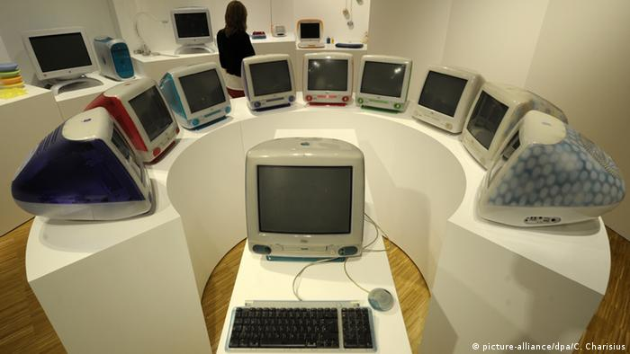 A display of a dozen iMacs by Apple (Photo: Picture-alliance/dpa/C. Charisius)