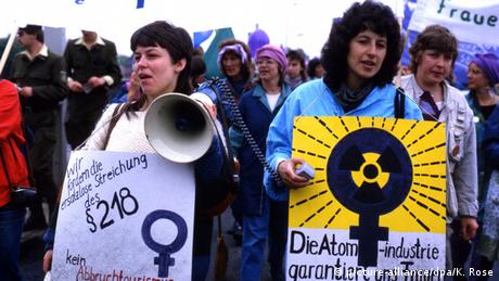 Women demonstrating (picture-alliance/dpa/K. Rose)