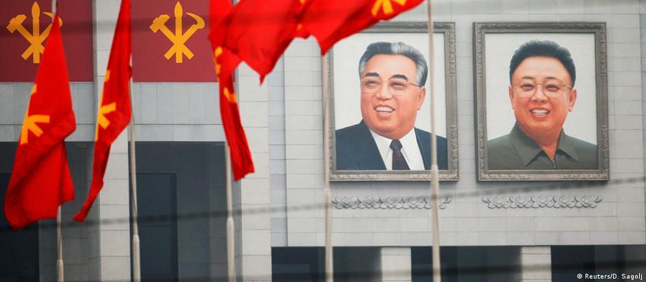Imagens dos ex-líderes norte-coreanos Kim Il-sung e Kim Jong-il decoram a Casa da Cultura 25 de Abril, em Pyongyang