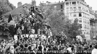 Ma-Proteste in Paris 1968 (Foto: picture-alliance/dpa/EPA/PREFECTURE DE POLICE MUSEUM)