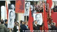 01.05.1968 Mit roten Fahnen und Plakaten mit Mao Tsetung, Ho Tschi Minh und Karl Marx nehmen Anhänger der APO und griechische Gastarbeiter Ende der 60er Jahre an einer unangemeldeten Nebenkundgebung an der Demonstration zum 1. Mai in München teil. Foto: Gerhard Rauchwetter +++(c) dpa - Report+++Copyright: picture-alliance/dpa/G. Rauchwetter
