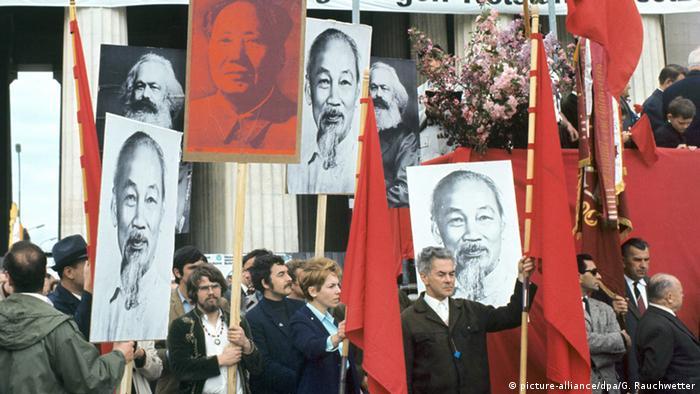 Deutschland Demonstranten mit Bildern von Lenin, Ho Tschi Minh und Mao Tsetung vor der Tribüne auf dem Königsplatz in München