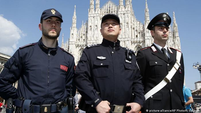Italien Polizist aus China mit italienischen Kollegen in Mailand