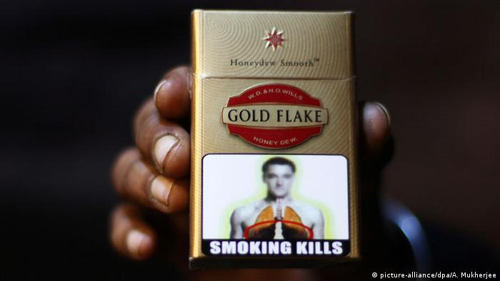 A packet of Indian made cigarettes which shows a statutory warning in New Delhi, India. +++ (C) picture-alliance/dpa/A. Mukherjee