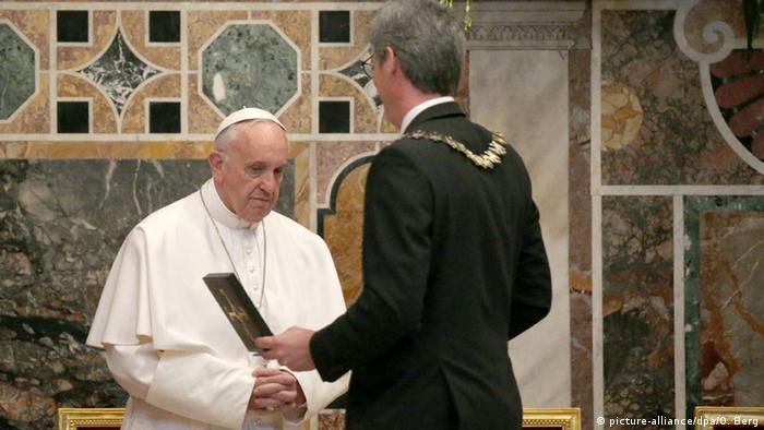 Vatikan Papst Franziskus erhält Aachener Karlspreis