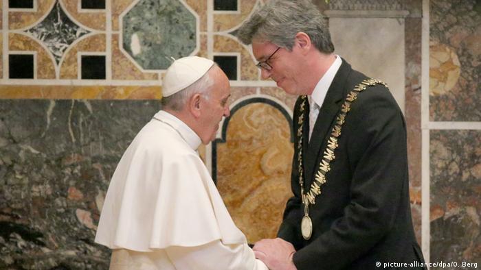 Папа Римський Франциск (л) та обер-бургомістр Ахена Марсель Філіпп