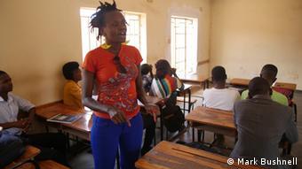 Stella Agara geht in Schulen um über Steuerungleichheiten aufzuklären.
