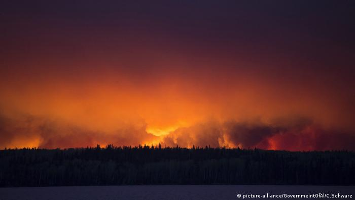 Sky over Fort McMurray red with flames. (Photo: EPA/CHRIS SCHWARZ / GOVERNMENT OF ALBERTA)