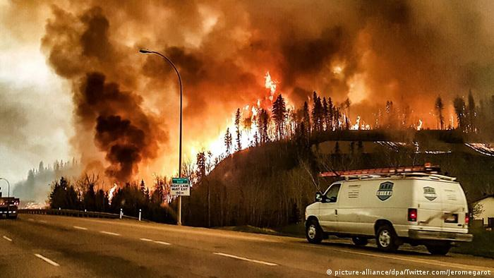 Wildfire rages through the town of Fort McMurray, Canada, in May 2016 (Photo: picture-alliance/dpa/Twitter.com/Jeromegarot)