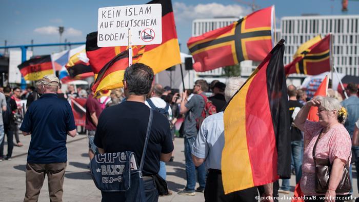 Марш правых популистов в Берлине против мусульман в мае 2016 года