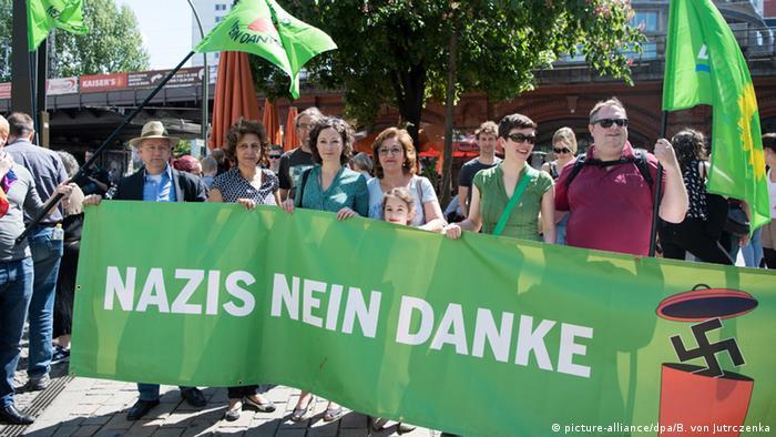 Berlin Aufmarsch rechter Gruppierungen Gegendemonstration (picture-alliance/dpa/B. von Jutrczenka)