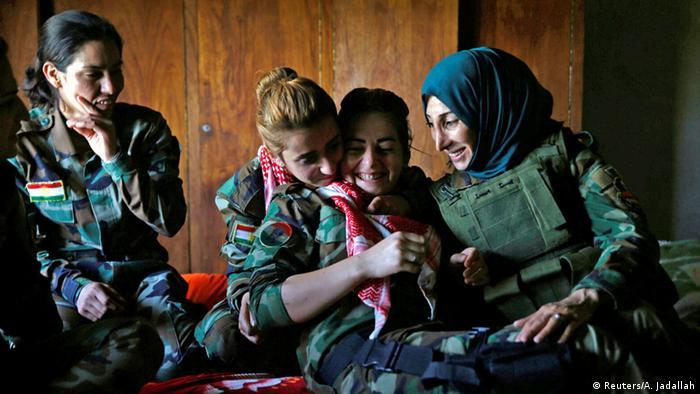 Kurdische und jesidische Kämpferinenn unterhalten sich (Foto: REUTERS/Ahmed Jadallah)
