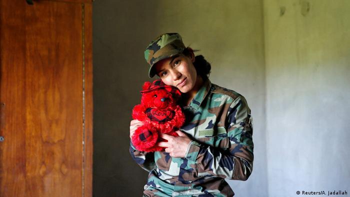 Die jesidische Kämpferin Asema Dahir mit einem Teddybär (Foto: REUTERS/Ahmed Jadallah)