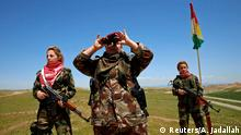 Kurdinnen und Jesidinnen beobachten IS-Kämpfer in der Nähe von Mosul (Foto: REUTERS/Ahmed Jadallah)