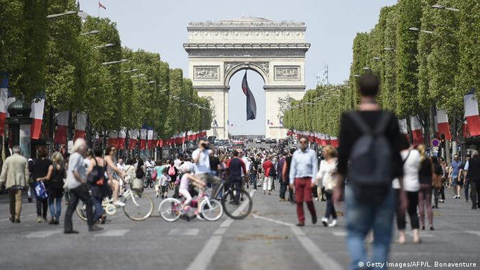 Пешеходы на Елисейских полях в Париже