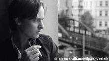 ARCHIV - HANDOUT - Tom Schilling als Niko in einer Szene des Kinofilms «Oh Boy!» (undatierte Filmszene). Nach der Goldenen Lola soll es nun der Oscar sein: Die Tragikomödie «Oh Boy» geht für Deutschland in Hollywood ins Rennen um die begehrte Trophäe. Der Film ist einer von neun Beiträgen, die in der Auswahl für den deutschen Oscar-Beitrag in der Kategorie «Bester nicht englischsprachiger abendfüllender Kinofilm» stehen, wie German Films, die Auslandsvertretung des deutschen Films, am 19.08.2013 in München mitteilte. Foto: X-Verleih (zu dpa 0595 vom 19.08.2013 - ACHTUNG: Verwendung nur für redaktionelle Zwecke im Zusammenhang mit der Berichterstattung über den Film und bei Urheber-Nennung) +++(c) dpa - Bildfunk+++   Verwendung weltweit Copyright: picture-alliance/dpa/X-Verleih