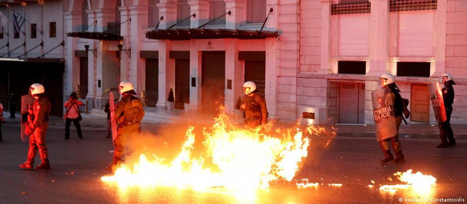 Manifestantes protestaram em Atenas contra reformas das aposentadorias e imposto de renda